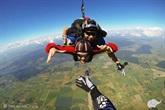PRAMOGAUTOJAI IŠBANDO: šuolis parašiutu