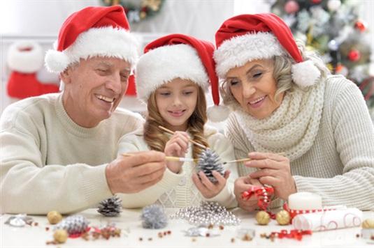 Kalėdinės dovanos seneliams: idėjos močiutei ir seneliui