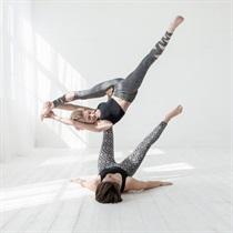 Individuali akrobatinės jogos pamoka dviem