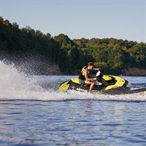 Plaukimas vandens motociklu mariose
