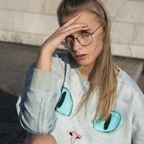 Stilingas džemperis su menininkės kūriniu
