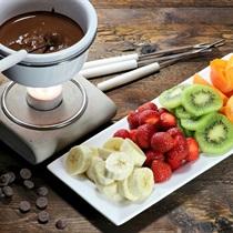 Egzotinių vaisių ir šokolado fondiu
