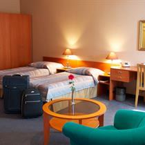 Nakvynė viešbutyje su afrodiziakais ir vynu