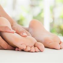 Tajų pėdų masažas lazdele