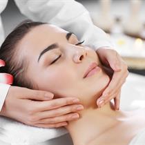 Rankomis atliekamas švelnus veido masažas
